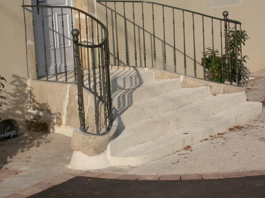 rampe d 39 escalier garnitures boules pilastres panneaux forg s. Black Bedroom Furniture Sets. Home Design Ideas